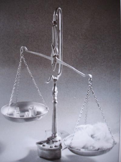 Justice et inégalité - les plateaux de la balance by Frachet, Jan 2010, Public Domain via Wikimedia Commons