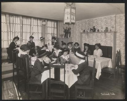 Women seated at tables in the dining room at the Gamut Club at 69 West 46th Street ca. 1914, courtesy of the Museum of the City of New York